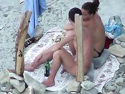 Porno am Strand mit einer Freundin macht Oralsex