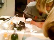Ehemann macht Sex mit Frau im Badezimmer