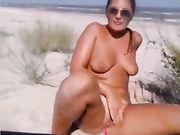 Ein geiles Mädchen masturbiert am Strand